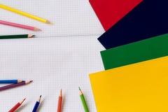 Accesorios de la escuela en el fondo blanco Foto de archivo libre de regalías