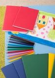 Accesorios de la escuela en el sitio de niño Fotos de archivo libres de regalías