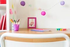 Accesorios de la escuela en la tabla del niño Fotografía de archivo libre de regalías