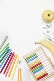 Accesorios de la escuela en un fondo blanco Imagen de archivo libre de regalías