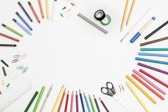 Accesorios de la escuela en un fondo blanco Imagenes de archivo