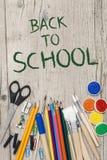 Accesorios de la escuela en un fondo de madera Foto de archivo