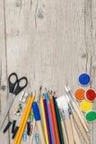 Accesorios de la escuela en un fondo de madera Foto de archivo libre de regalías