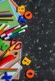 Accesorios de la escuela en un fondo oscuro Visión superior Foto de archivo