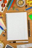 Accesorios de la escuela y cuaderno controlado Fotografía de archivo