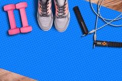 Accesorios de la estera y de la aptitud del gimnasio Zapatos y comba del funcionamiento del deporte Imagen de archivo libre de regalías