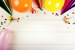 accesorios de la fiesta de cumpleaños con el espacio de la copia en el fondo blanco Imágenes de archivo libres de regalías