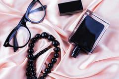 Accesorios de la hembra de la moda Perfume con las gotas y las gafas de sol Imagen de archivo
