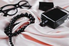 Accesorios de la hembra de la moda Perfume con las gotas y las gafas de sol Imagenes de archivo