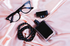 Accesorios de la hembra de la moda Perfume con las gotas y las gafas de sol Fotos de archivo libres de regalías