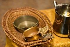 Accesorios de la iglesia para la ceremonia bautismal en la tabla fotografía de archivo libre de regalías