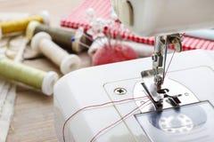Accesorios de la máquina de coser y de las modistas Imágenes de archivo libres de regalías