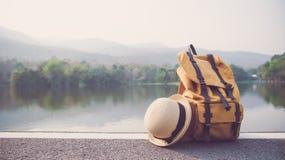 Accesorios de la mochila y del viaje, amantes del viaje a viajar en un anuncio Imagenes de archivo