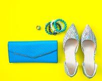 Accesorios de la mujer de la moda fijados La moda de moda calza los talones, el embrague elegante del bolso, el collar y el anill Fotos de archivo libres de regalías