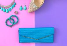 Accesorios de la mujer de la moda fijados La moda de moda calza los talones, embrague elegante del bolso Fondo de Colorfull Imagen de archivo libre de regalías