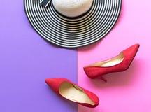 Accesorios de la mujer de la moda fijados Los zapatos rojos de la moda de moda se inclinan, sombrero grande elegante Fondo de Col Imagen de archivo