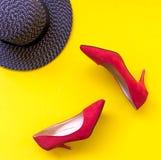 Accesorios de la mujer de la moda fijados Los zapatos rojos de la moda de moda se inclinan, sombrero grande elegante Fondo de Col Foto de archivo