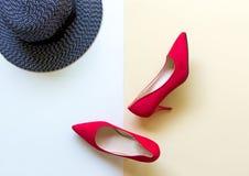 Accesorios de la mujer de la moda fijados Los zapatos rojos de la moda de moda se inclinan, sombrero grande trasero Fondo de Colo Imagen de archivo