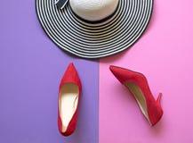Accesorios de la mujer de la moda fijados Talones rojos de los zapatos de la moda de moda y sombrero grande Fondo de Colorfull Imagenes de archivo