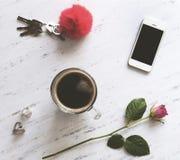 Accesorios de la mujer en el mármol blanco, Imagen de archivo libre de regalías