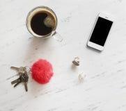 Accesorios de la mujer en el mármol blanco, Fotografía de archivo libre de regalías