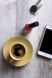 Accesorios de la mujer en el mármol blanco Fotos de archivo libres de regalías