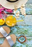 Accesorios de la mujer joven para las vacaciones de verano Foto de archivo libre de regalías