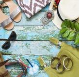 Accesorios de la mujer joven Viaje del verano y concepto de las vacaciones Imagenes de archivo