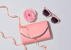 Accesorios de la mujer de la moda fijados Color en colores pastel rosado Foto de archivo
