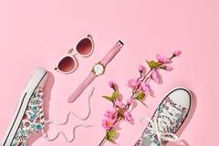 Accesorios de la mujer de la moda fijados Color en colores pastel rosado Fotografía de archivo libre de regalías