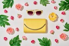 Accesorios de la mujer de la moda fijados Color en colores pastel rosado Fotos de archivo libres de regalías