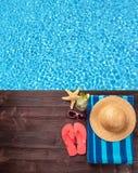 Accesorios de la natación en topo de madera Fotos de archivo libres de regalías