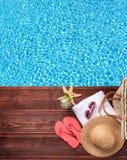 Accesorios de la natación en topo de madera Fotos de archivo