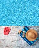 Accesorios de la natación en topo de madera Foto de archivo