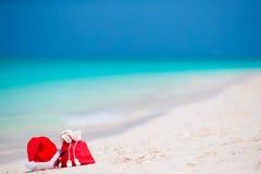 Accesorios de la Navidad en la playa blanca Vacaciones del viaje de Navidad y concepto del cuprise del viaje Accesorios de la pla Imágenes de archivo libres de regalías