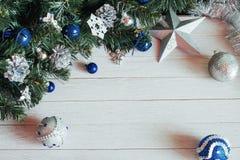 Accesorios de la Navidad en rama de árbol azul de abeto en blanco feliz Fotografía de archivo