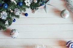Accesorios de la Navidad en rama de árbol azul de abeto en blanco feliz Foto de archivo