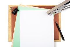 Accesorios de la oficina en el papel texturizado marrón Fotos de archivo