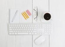 Accesorios de la oficina en la mesa del negocio Imagen de archivo libre de regalías