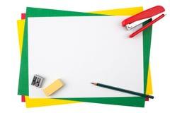 Accesorios de la oficina en un marco del papel coloreado Foto de archivo