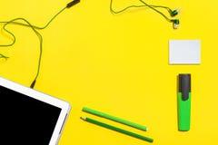 Accesorios de la oficina en una superficie amarilla Fotografía de archivo libre de regalías
