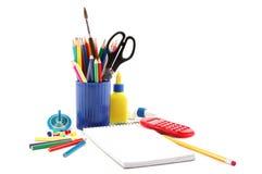Accesorios de la oficina y de la escuela en un blanco Foto de archivo libre de regalías