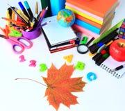 Accesorios de la oficina y del estudiante en un blanco Foto de archivo libre de regalías