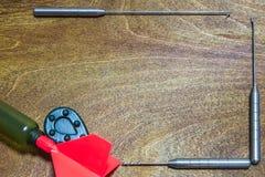 Accesorios de la pesca en fondo de madera Lugar para su texto fotografía de archivo