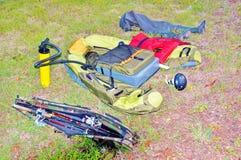 Accesorios de la pesca en la hierba Imagen de archivo