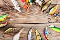 Accesorios de la pesca en un fondo de madera Foto de archivo libre de regalías