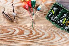 Accesorios de la pesca en un fondo de madera Fotos de archivo libres de regalías