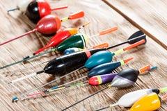 Accesorios de la pesca en un fondo de madera Fotografía de archivo libre de regalías