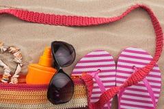 Accesorios de la playa Bolso, gafas de sol y chancletas Con un lugar para su texto Fotos de archivo libres de regalías
