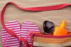 Accesorios de la playa Bolso, gafas de sol y chancletas Con un lugar para su texto Imagenes de archivo